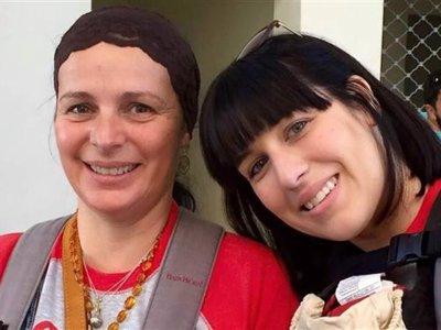 La emocionante historia de una madre que llevó miles de portabebés a los refugiados de Siria