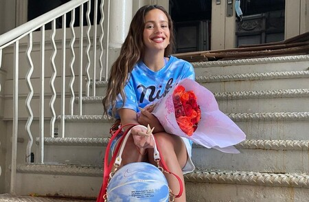 Rosalía no se ha unido a la NBA: ese balón de baloncesto que lleva bajo el brazo es en realidad un bolso