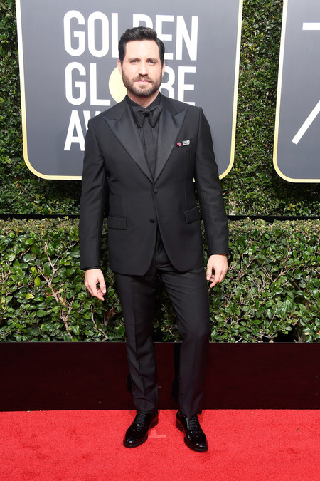 Edgar Martinez Le Suma Un Toque Retro A Su Look En Los Golden Globes 2018 2