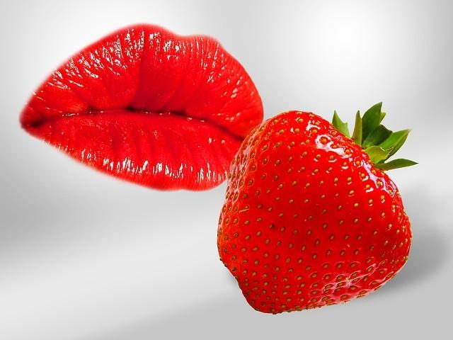 Labios rojos y fresa.