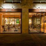 Jardín vertical y suelo de baldosa hidráulica, protagonistas de Levél Veggie Bistro en Madrid