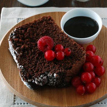 Bizcocho de chocolate y centeno sin aceite, huevos ni lácteos: receta vegana para un antojo dulce