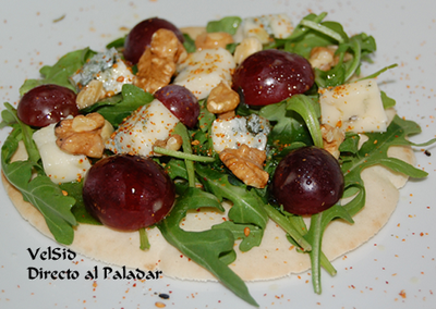 Pita con rúcula, uvas y gorgonzola