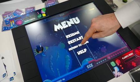 Mitad tablet, mitad tablero: así es SquareOne, la consola compatible con cartas, figuras y dados que quiere modernizar los juegos de mesa