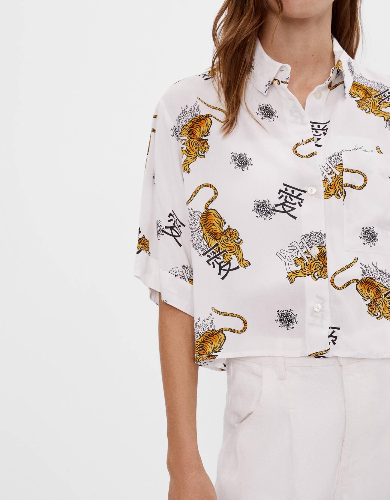 Camisa con estampado oriental