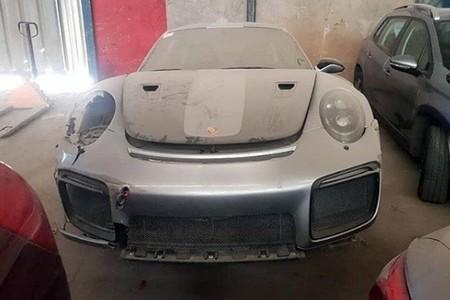 De los récords al olvido: un minuto de silencio por este Porsche 911 GT2 RS accidentado y abandonado