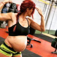Está embarazada de ocho meses y levanta 50 kilos de peso