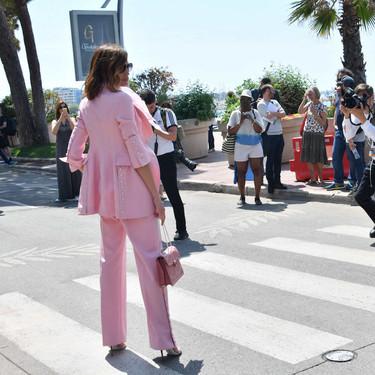 Nieves Álvarez nos aporta nuevas ideas de cómo combinar un traje-pantalón de color rosa