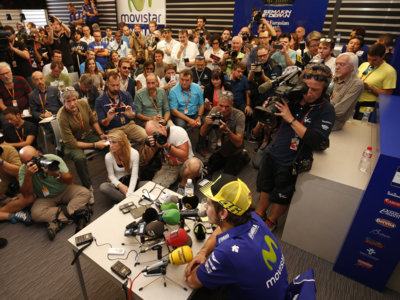 Valentino Rossi, Jorge Lorenzo, Marc Márquez y Dani Pedrosa hablan antes de la carrera de Valencia