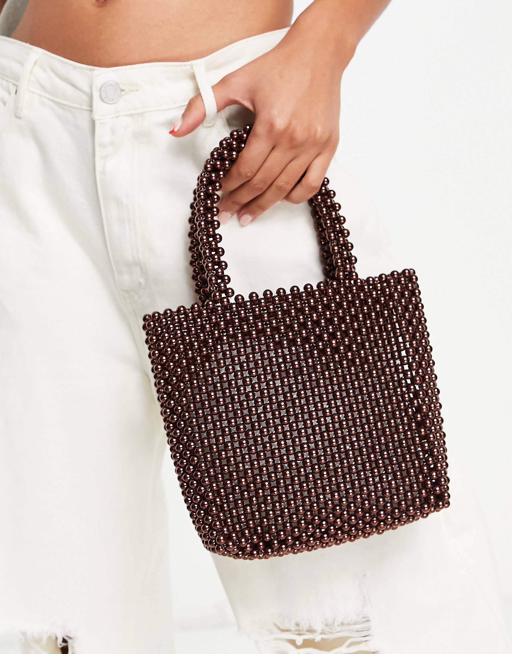 Bolso marrón con diseño de cuentas de perlas de NA-KD
