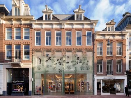 La tienda de Chanel en Ámsterdam en el fondo es un palacio de cristal