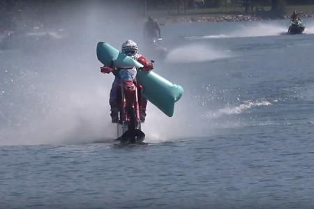 ¡104 km/h en moto sobre el agua! Luca Colombo bate otro increíble récord Guinness