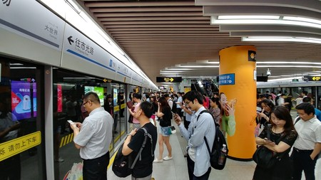 """China se convierte en 'Black Mirror': los ciudadanos con bajo """"Crédito Social"""" no podrán usar aviones ni trenes"""