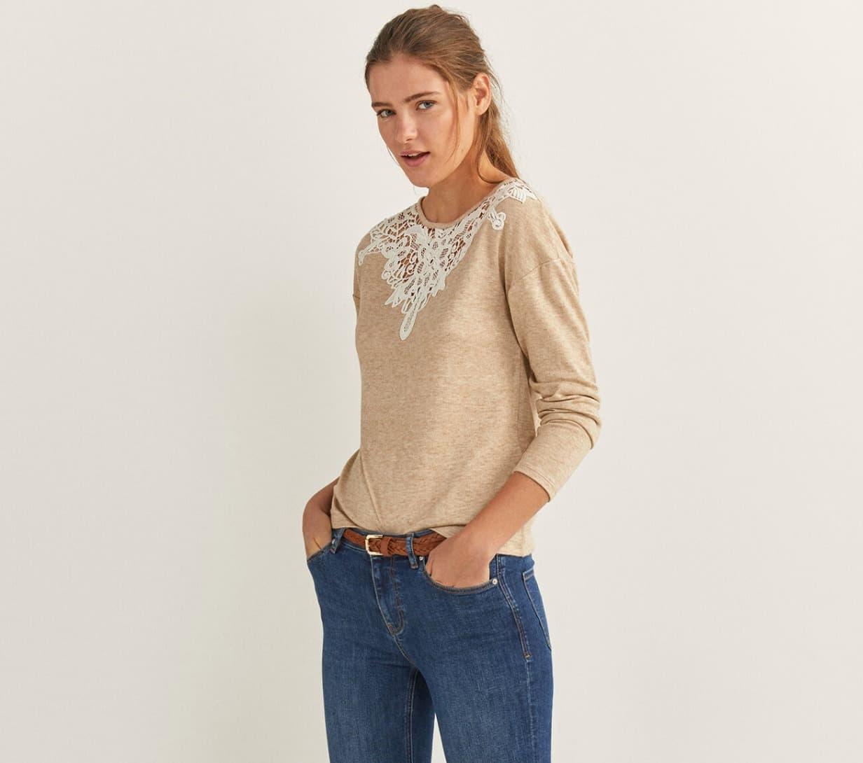 Camiseta de manga larga, con cuello redondo, con detalle de crochet en el cuello.
