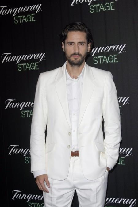 ¿Sí o no al traje blanco con camisa blanca de Juan Diego Botto?