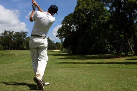 Si juegas al golf, cuida también tu espalda