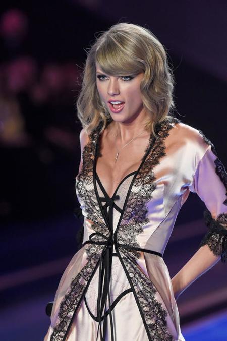 Taylor Swift en salto de cama en el desfile de Victoria's Secret 2014