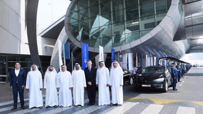 Uber y Tesla se hacen con la flota de taxis en Dubái: es el primer paso para conquistar los Emiratos Árabes Unidos