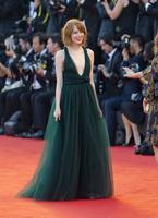 Emma Stone estrena look en el Festival de Venecia