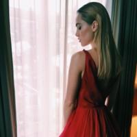 Suki Waterhouse se apunta al rojo pasión, el color de la noche, en los Oscar 2015