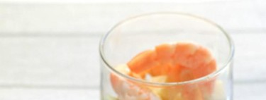 Vasitos de aguacate, mango y queso con langostinos en formato trifle. Receta ligera