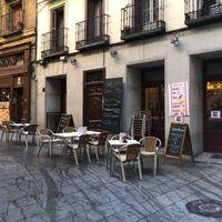 """Tu cita en Tinder es una """"camarera"""" que hace que consumas: la falsa oferta de trabajo de un bar de Madrid"""
