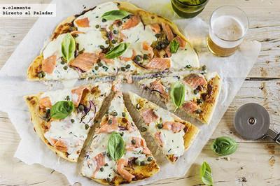 Pizza de salmón ahumado, alcaparras y mascarpone. Receta