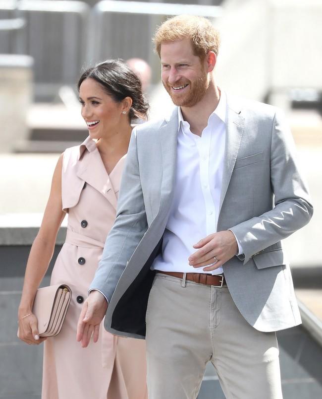 El duque de Sussex conquista el perfecto look en tonos neutros para el verano