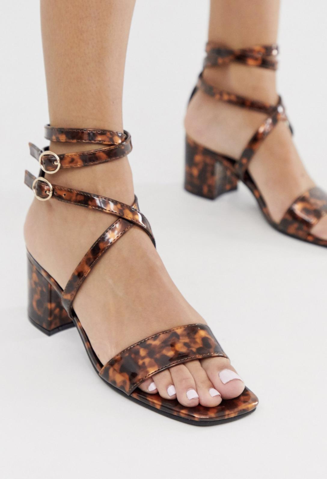 Sandalias de tacón cuadrado con tiras y efecto carey de London Rebel