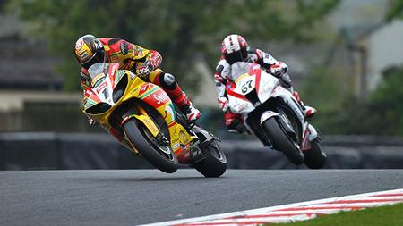 British Superbikes 2012: Chris Walker pone el show mientras Tommy Hill lidera la clasificación