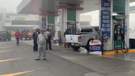 Despachan gasolina con agua en Edomex y mandan 50 autos al taller