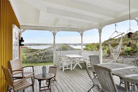 Una casa sueca con un espectacular porche con vistas al lago