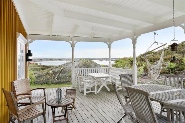 Una casa sueca con un espectacular porche con vistas al lago - Que es un porche de una casa ...