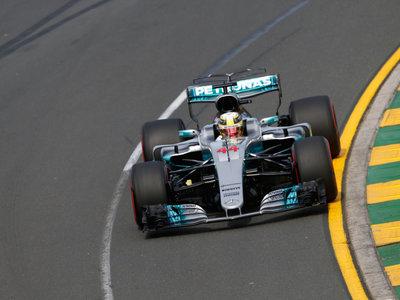 Lewis Hamilton sigue en otro planeta pero Ferrari le sigue de cerca en clasificación