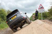 Un Range Rover Sport que puedes conducir con el móvil y que marca la senda de los coches autónomos