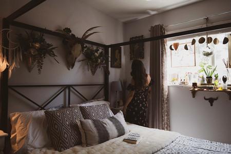 21 ideas de mesitas de noche para dormitorios pequeños con las que aprovechar hasta el último rincón sin perder estilo