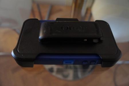 El holster protege la pantalla, aunque también podemos usarlo de sujección para ver la pantalla