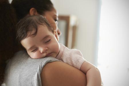 Madre Pensativa Bebe Dormido