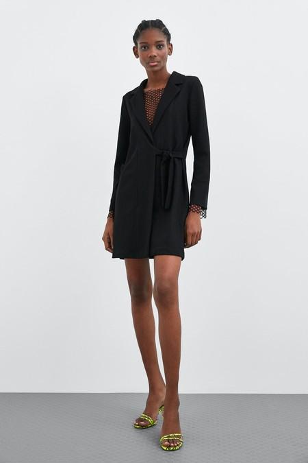 50a6b71795 Zara tiene los 13 vestidos negros más ideales de la temporada. Un ...