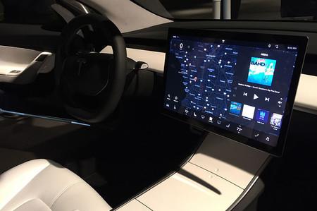Un policía para al conductor de un Tesla Model 3 al creer que llevaba un ordenador montado en el coche