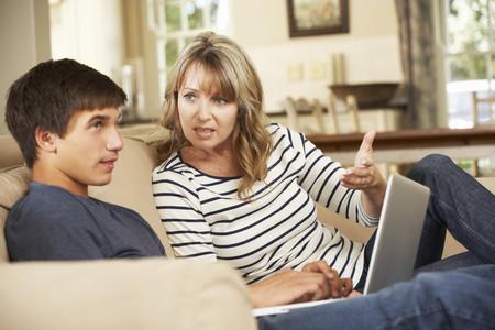 Madre hablando con su hijo adolescente