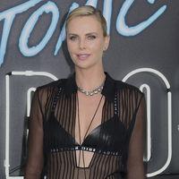 Charlize Theron se declara fan de los sujetadores de cuero de Dior, la prenda más sexy de Maria Grazia Chiuri