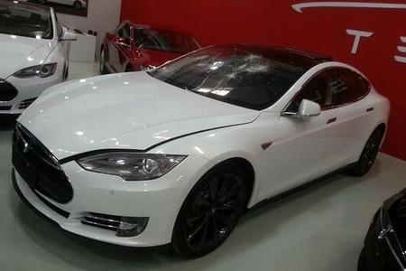 Un propietario enfurecido rompe, pero no mucho, su Tesla Model S
