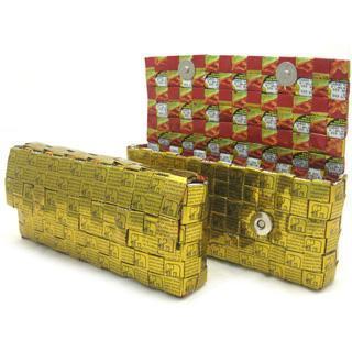 Bolso de mano hecho con envoltorios y etiquetas recicladas