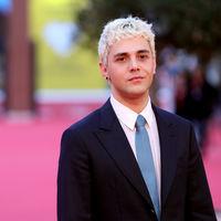 Xavier Dolan se pasea por el Festival de cine de Roma con nuevo look de cabello platinado
