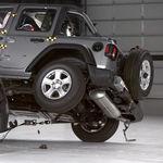 En video: El Jeep Wrangler termina volteado en su prueba de choque frontal