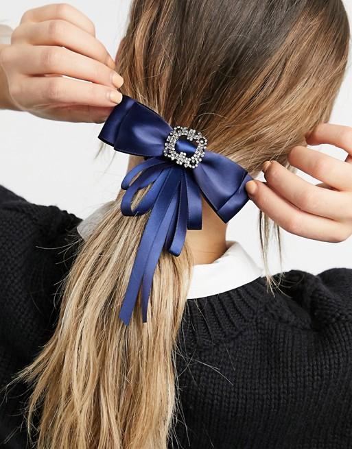 Lazo azul de satén con hebilla con diamantes de imitación de My Accessories London.