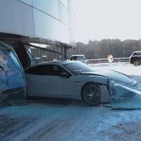 Se 'equivoca' de pedales y estrella un Porsche Taycan en un concesionario: el youtuber que quemó un Mercedes-AMG vuelve a liarla