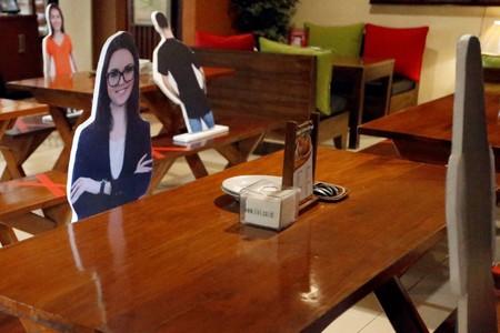 Maniquíes, pandas, churros en la cabeza: las 1001 maneras de los restaurantes de imponer la distancia social