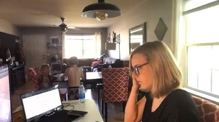 Dos horas de teletrabajo con niños resumidas en 24 segundos: el vídeo viral que muestra la realidad de muchas familias